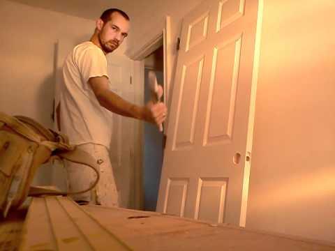 Pintando porta com tinta a base de agua