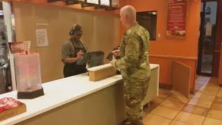 видео: Этот солдат заказывает еду в ресторане Тако Белл, но останавливается, услышав двух мальчиков позади