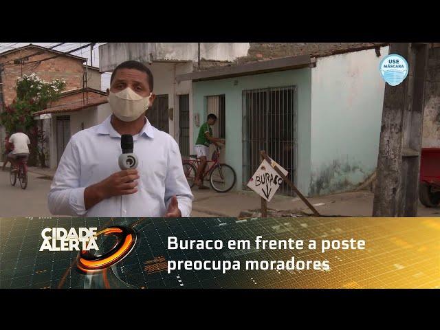 Buraco em frente a poste preocupa moradores do bairro do Clima Bom