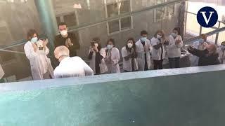 Sanitarios del Hospital del Mar dedican sentido aplauso a médico que se jubila