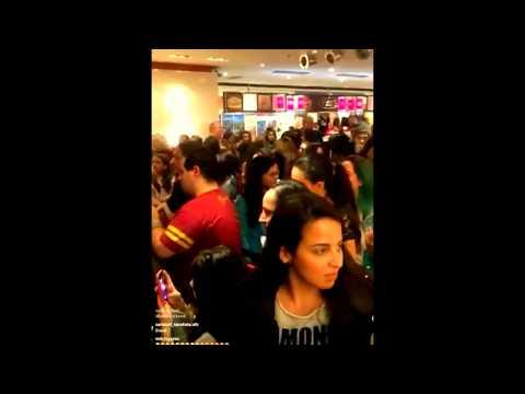 Karol Sevilla chante avec ses fans au Brésil