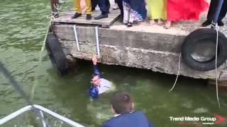 Гость на свадьбе упал в воду спасая замочек для молодоженов. Свадебный треш!