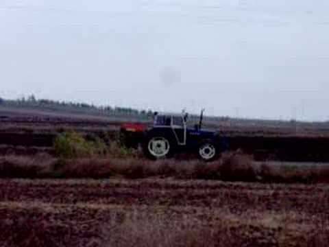 New Holland 7740 the fertilizer finished throwing and going