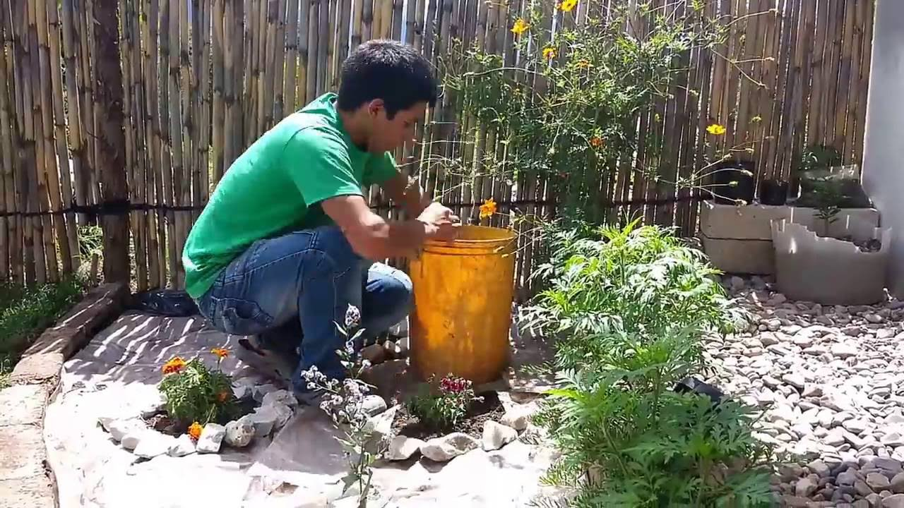Descubre c mo decorar un jard n peque o aqu youtube for Decoracion de jardin pequeno con piedras