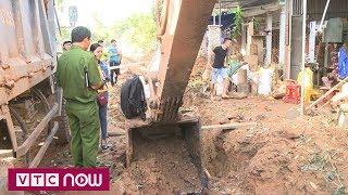 Xúc đất trúng bom, nổ kinh hoàng giữa khu phố | VTC1