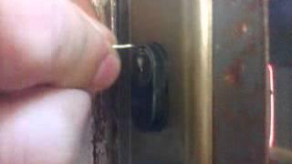 Como abrir uma porta com arames.