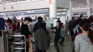 [Fancam] 131204 ZE:A Fukuoka airport departure