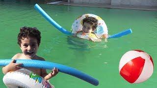 yusuf havuz keyfi yapıyor ve yüzmeyi öğreniyor eğlenceli çocuk videoları