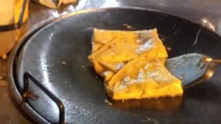 Вот так готовят тайские блинчики с бананами...