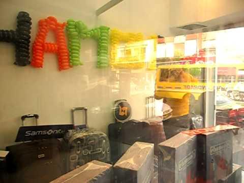 Decoracion en vidriera de comercio en lanus por la for Decoracion para comercios
