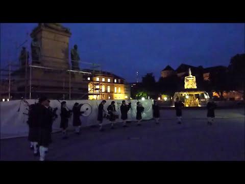 Stuttgart University Pipe Band auf dem Stuttgarter Schlossplatz