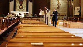 Các linh mục Ý bật khóc trước hàng dài các quan tài, như Chúa Giêsu khóc trong bài Tin Mừng hôm nay