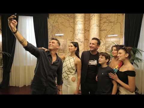 Download Top Channel/ Këngëtarja e famshme Dua Lipa mbërrin në Tiranë, takohet me kryebashkiakun Veliaj