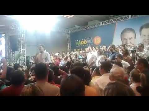 Cid Gomes cobra mea culpa do PT, bate boca com militantes e é vaiado