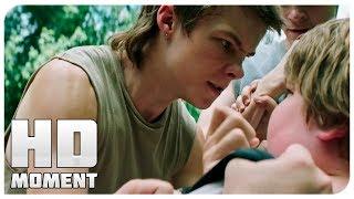 Генри и его друзья напали на Бена - Оно (2017) - Момент из фильма