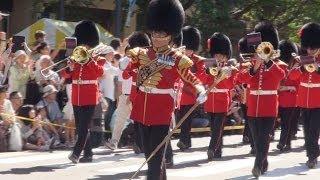 女王陛下の近衛軍楽隊が日本大通りをパレード/神奈川新聞(カナロコ)