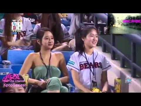 Girl xinh thả rông ngực xem thể thao