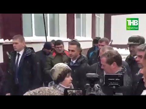 Пенсионерка C Алтая встала на колени перед Медведевым из-за проблем с горячей водой | ТНВ