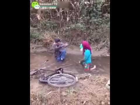 Девушка упала с велосипеда все равно лучше чем на работе девушка работа в краматорске