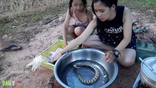 Video Gadis Cantik Memasak Ular - Cara Membuat Gulai Ular di Negara Kamboja download MP3, 3GP, MP4, WEBM, AVI, FLV November 2017