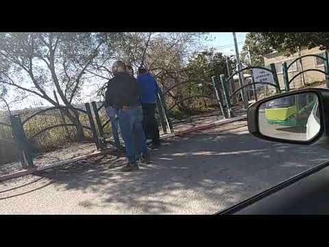 צפו: שוטרים שהתחפשו לעובדי בזק עוצרים תושבים מבת עין