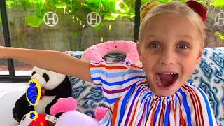 Niños y papá temen a los animales en la casa