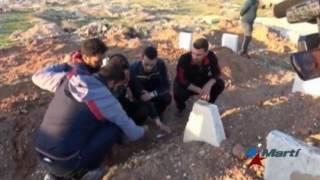 Sobrevivientes de ataque químico en Siria entierran a sus seres queridos