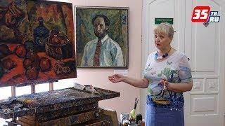 Палитры-тарелки, стол художника и его рабочую одежду можно увидеть на выставке Владимира Корбакова