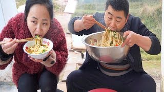 The whole family makes handmade noodles together, With garlic, the family is really fun!