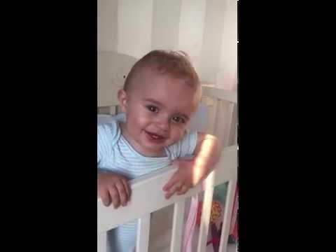 Малыш улыбка :) Играет в кроватке. Ребенок 10 месяцев. Baby Smiles. Cute Baby Boy.