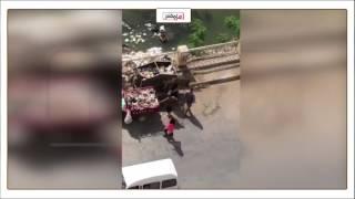 كارثة.. مجلس مدينة بنها يلقي القمامة في نهر النيل (فيديو)