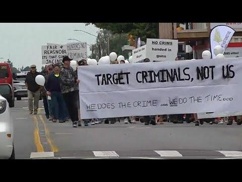 مذبحة المسجدين: مالكو الأسلحة في نيوزيلندا يحتجون على تشريع جديد يقيد حيازة السلاح الناري…