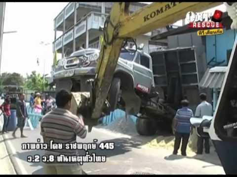 วันที่ 28 ม.ค.57 เหตุ หนุ่มวัย 26 ดั้มดินลงจากรถบรรทุก ลืมเปิดฝาท้ายกระบะดั้มชนบ้านหวิดพัง