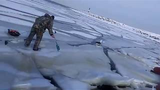 Download Как волна ломает лёд под рыбаками....   How the wave breaks the ice under the fishermen.... Mp3 and Videos