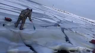Как волна ломает лёд под рыбаками.... ...