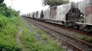 Trem de carga da Vale em Periquito-MG, na chuva