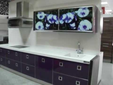 Cocina violeta brillo con vitrinas de aluminio - Vitrinas de cocina ...