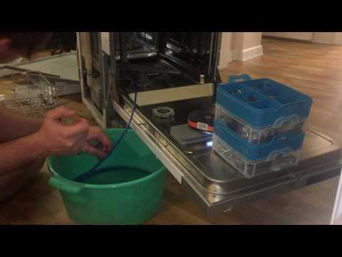 Откачка воды из посудомоечной машины.