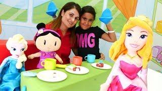 Elsa, Aurora ve Şila çay partisine davetliler. Evcilik oyunu