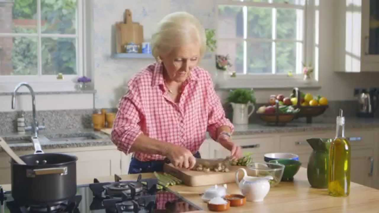 Mary Berry's Creamy Asparagus Soup - YouTube