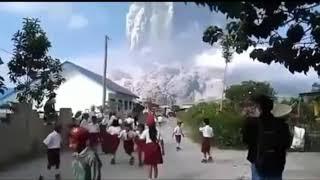 Anak SD Lari Ketakutan Lihat Gunung Sinabung Meletus