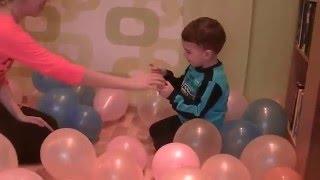 Лопаем шарики с сюрпризами. Ищем подарки в шариках. Видео для детей.