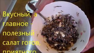 Салат из морской капусты с крабовыми палочками и яйцом.