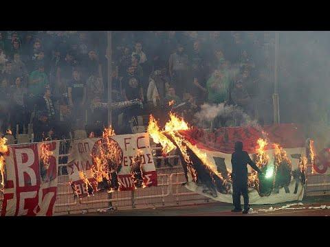 شاهد: الجماهير تقتحم ملعب أوكا وتهاجم اللاعبين في ديربي أثينا …  - نشر قبل 2 ساعة