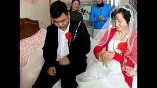 Chú rể trẻ phụng phịu khi ngồi bên cô vợ già nua...