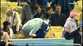 Папаша уронил дочку, чтобы поймать бейсбольный мяч