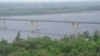 Танцующий мост в Волгограде(20 мая 2010 года движение по мосту через Волгу было прекращено. По словам очевидцев, амплитуда колебаний моста..., 2010-05-21T10:57:30.000Z)