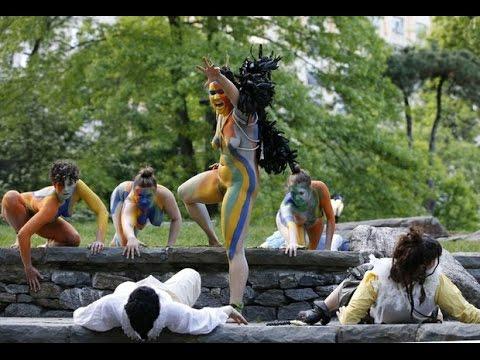 Un grupo de mujeres representa desnudas † La Tempestad † de Shakespeare en Central Park