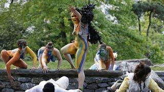 Un grupo de <b>mujeres</b> representa <b>desnudas</b> 'La Tempestad' de ...