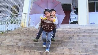 بالفيديو- طفلة لم تتجاوز 9 سنوات ترعى أفراد أسرتها من ذوي الاحتياجات الخاصة